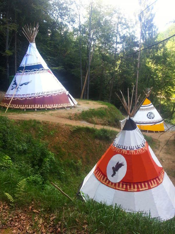 Indijanski šotor ob jezeru